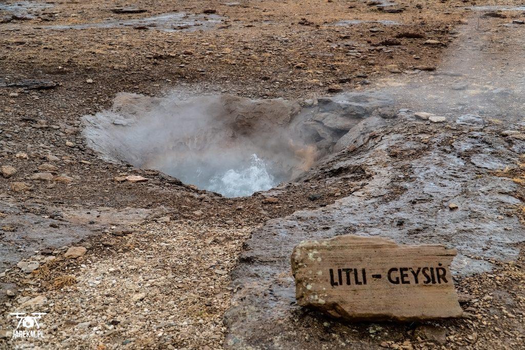 Malutki gejzer - choć nie wystrzeliwał wody w górę, gotowała się ona cały czas.