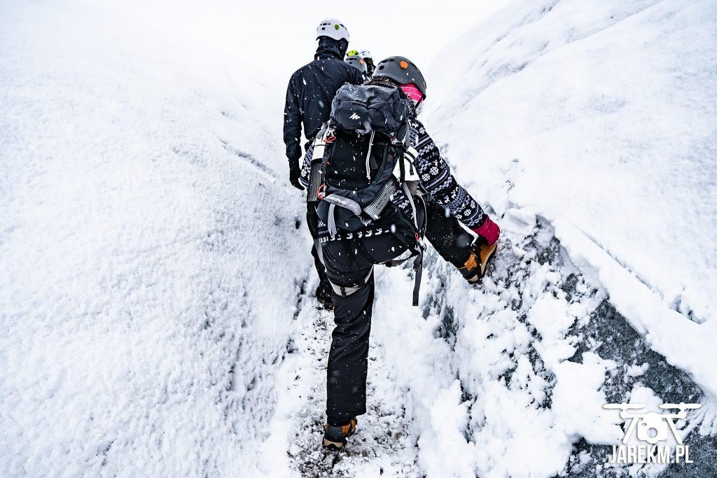 W drodze do jaskini lodowej trzeba się upewnić, że ma się dobrze zapięte raki;)