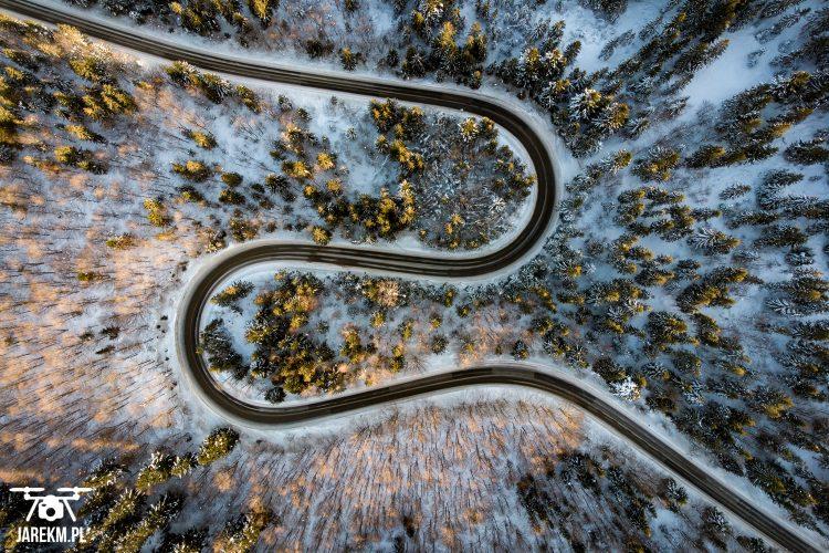Zdjęcie drogi w lesie z Drona
