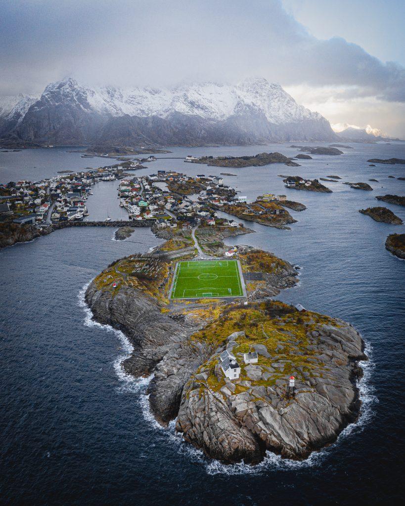 Otoczenie stadionu Henningsvær - morze i góry!