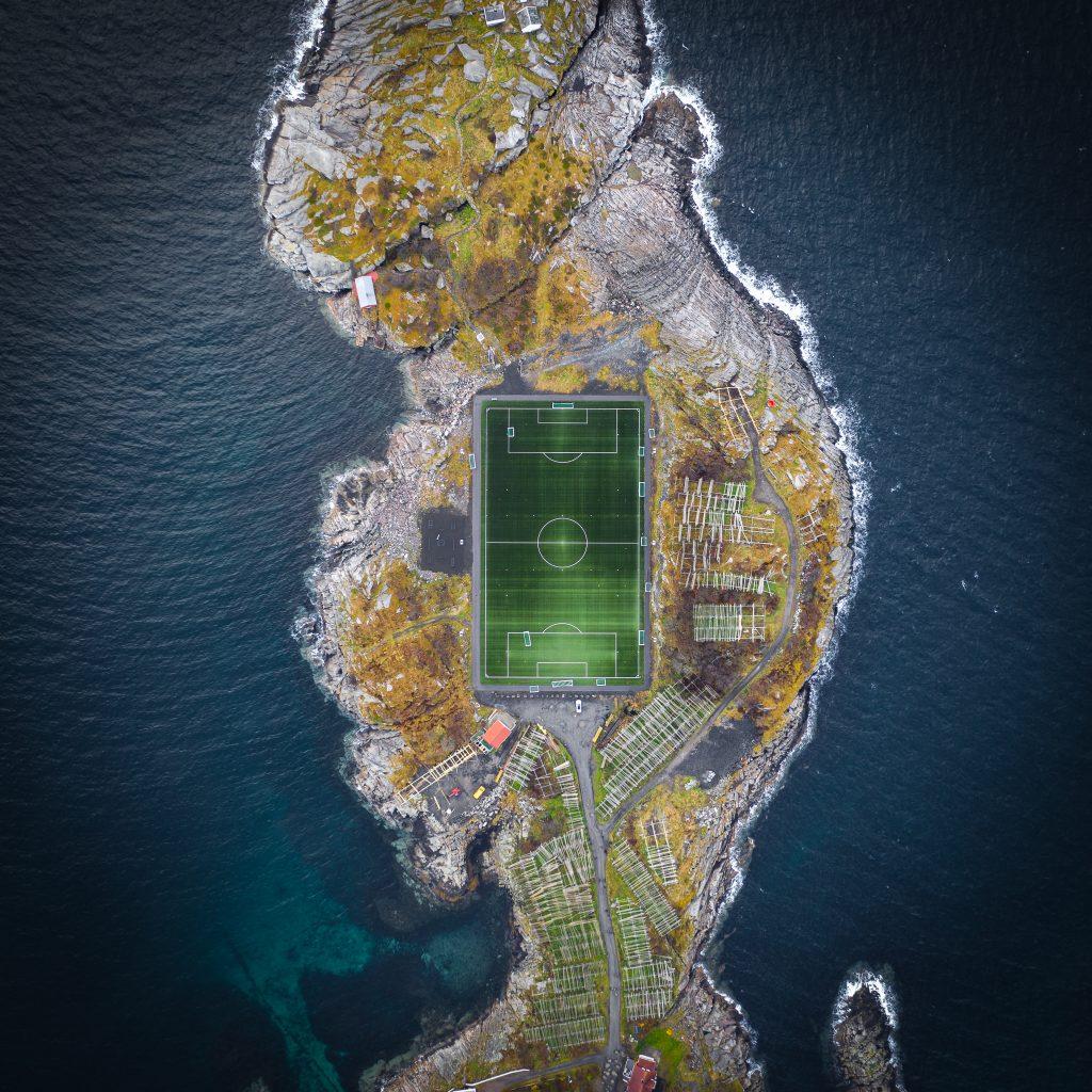 Stadion Henningsvær z lotu ptaka robi piorunujące wrażenie.
