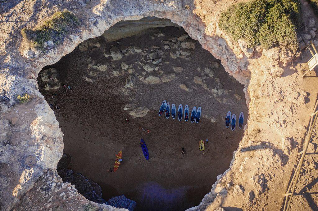 Jaskinia w jaskini Benagil - jednym z symbolii Algarve. Tak się prezentuje na zdjęciu z drona :) Aby dostać się na plażę, trzeba tam dopłynąć - łódką bądź kajakiem. Nie ma dostępu do plaży bezpośrednio od strony lądu.
