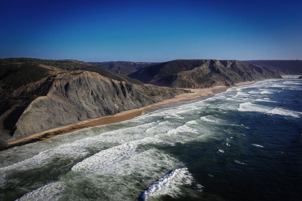 Zachodnie wybrzeże Algarve. Zdecydowanie bardziej dzikie i mniej uczęszczane niż zachodnie. Cudowne plaże, na których jednak pływanie może być bardzo ryzykowne z uwagi na ogromne fale! Raj dla surferów:)