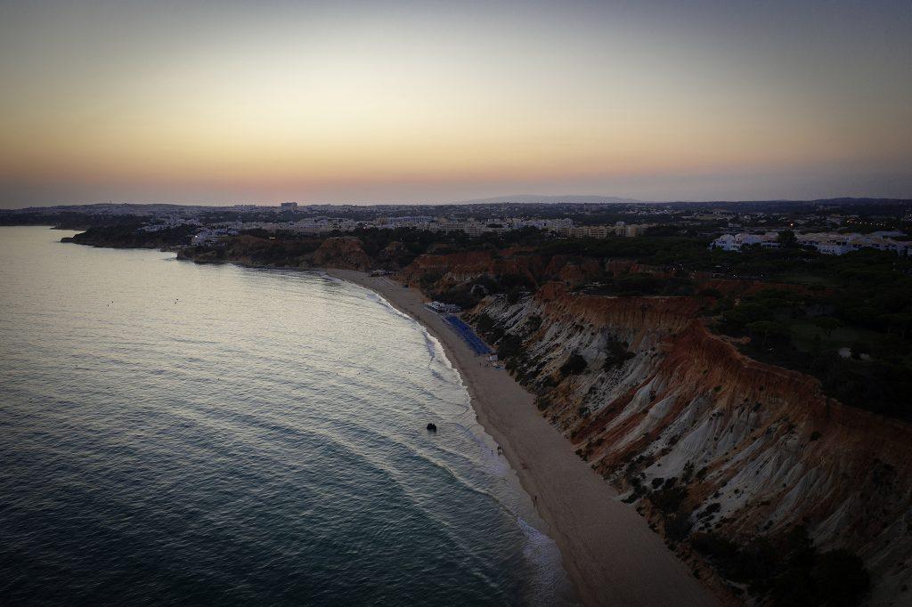 Zachód słońca nad jedną z plaż Algarve.