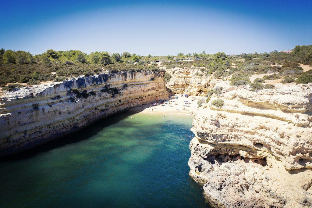 Typowa plaża w Algarve, nieduża, otoczona wysokimi klifami.