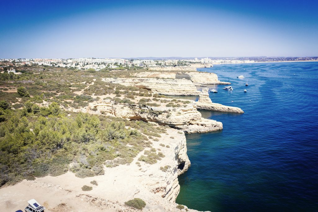 Szersze spojrzenie na wybrzeże Algarve - zdjęcie z drona z większej wysokości.