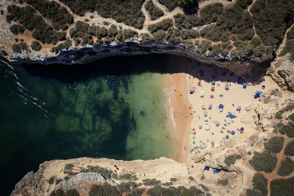 Typowa plaża w Algarve, nieduża, otoczona wysokimi klifami. Tym razem zdjęcie bezpośrednio z góry.