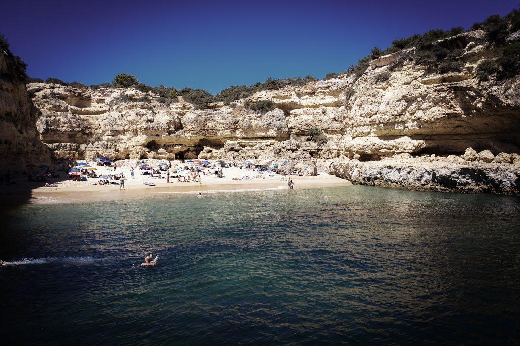Plaże w szczycie sezonu są niestety dość zatłoczone.