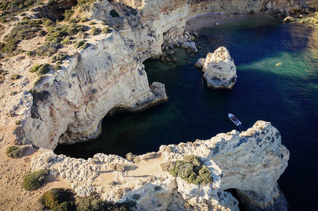 Skaliste wybrzeże Algarve z drona.