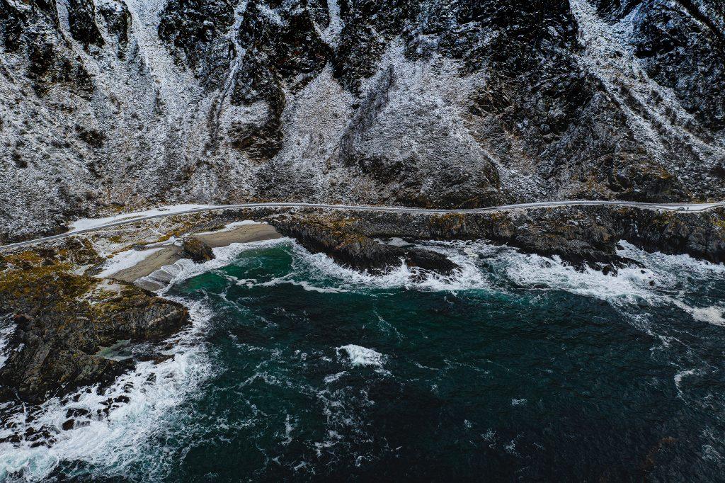 Kręta droga na zachodnim wybrzeżu Vesteralen. Generalnie ten archipelag jest zdecydowanie mniej popularny i mniej uczęszczany niż pobliskie Lofoty, ale ma zdecydowanie wiele do zaoferowania!