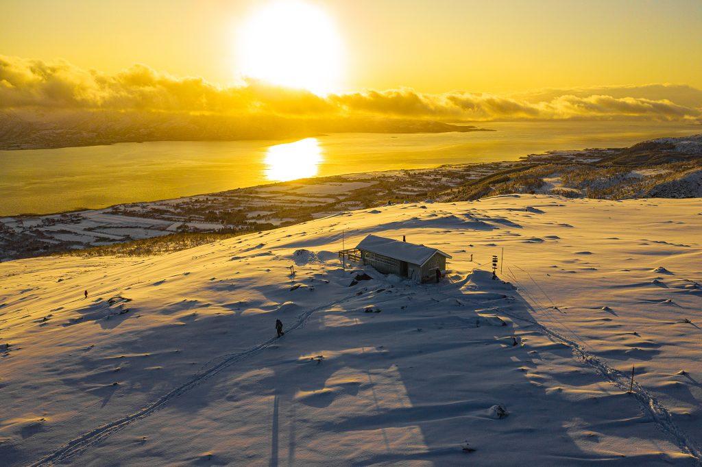 Małe schronisko na szczycie góry wznoszącej się nad miasteczkiem na północy Lofotów.