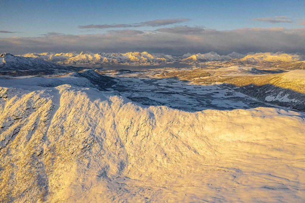 Lofoty - zdjęcie z drona.  Na początku listopada można liczyć tylko na ok. 6-8 godzin słońca, z to panują wtedy idealne warunki do fotografii :)