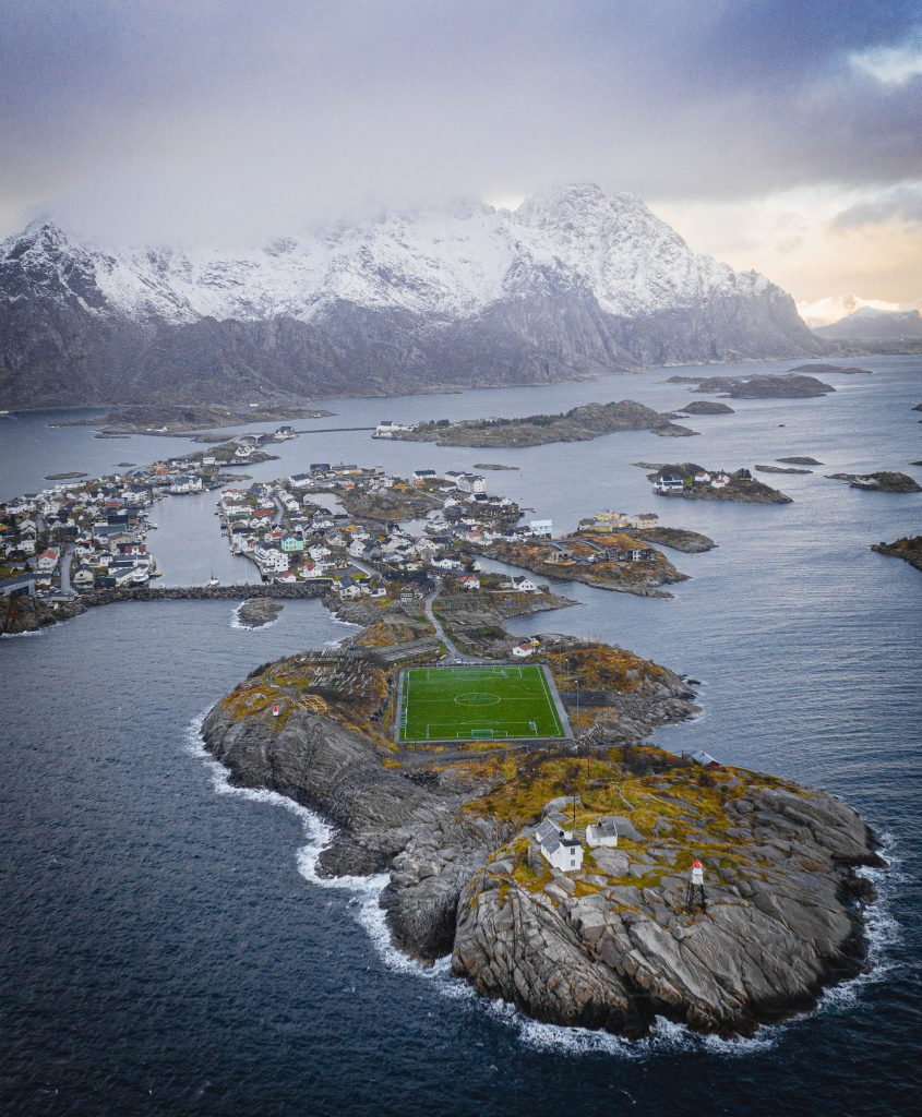 Chyba najpiękniej położony stadion piłkarski na świecie - Stadion Henningsvær  Więcej: https://www.radiozet.pl/Podroze/To-najpiekniej-polozone-boisko-swiata!-Zobacz-stadion-Henningsvaer. Szczególnie na zdjęciu z drona robi wrażenie :)